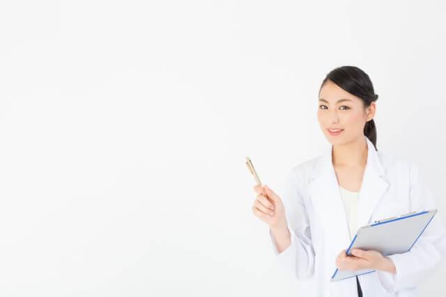 説明する女性歯科医師