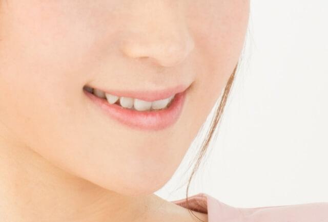 八重歯の女性