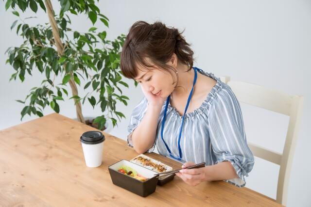 食事に悩む女性