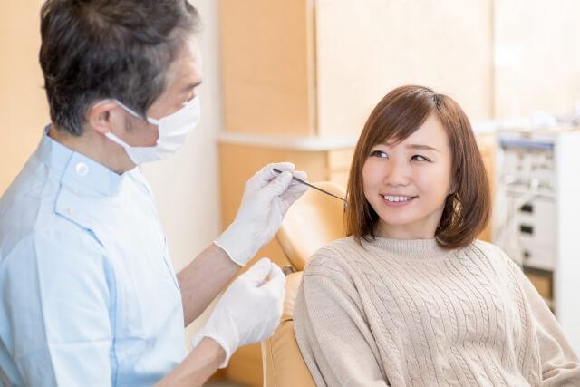 歯科医師に相談する女性