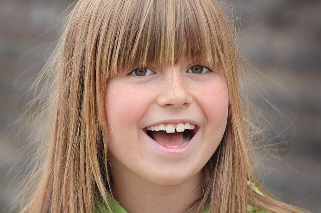 すきっ歯の少女